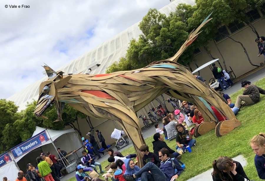 California: Maker Faire Bay Area. creatura colorata nell'area esterna della Maker faire