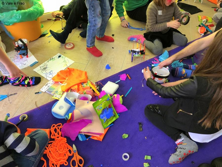 Tra arte e progettazione: costruiamo robot artista. decorazioni super colorate