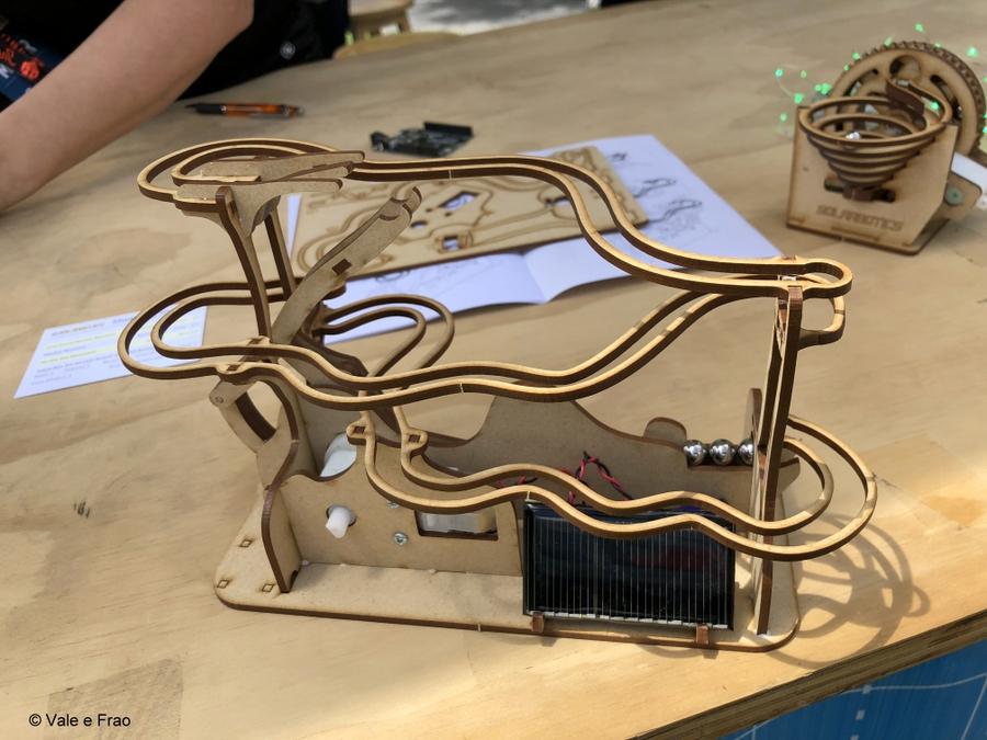 California: Maker Faire Bay Area. invenzioni progetti tecnologia legno e biglie